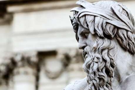 Detalhe da escultura de Zeus, na Piazza Navona de Trevi, Roma, Itália