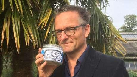 """Michael Mosley, do programa """"Trust me, I'm a doctor"""", investiga os efeitos do óleo de coco sobre o colesterol"""