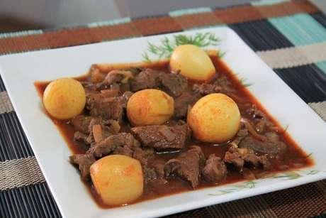 Picadinho de carne ao vinho servido com batatas cozidas