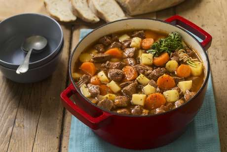 Panela com picadinho de carne, batatas, cenouras cozidas e cheiro-verde
