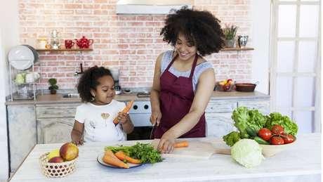 Permitir que a criança conheça e brinque com verduras e legumes é importante para vencer a aversão a esses alimentos