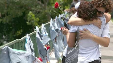 Homenagem a policiais mortos no Rio; segundo promotor, costuma haver um 'esforço maior' na elucidação desses assassinatos por causa da pressão das famílias