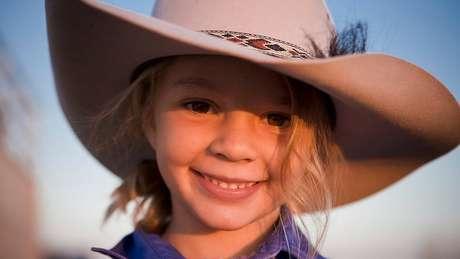 Ammy 'Dolly' Everett ficou famosa ao estrelar comercial do chapéu Akubra aos 8 anos | Foto: Facebook/Akubra official