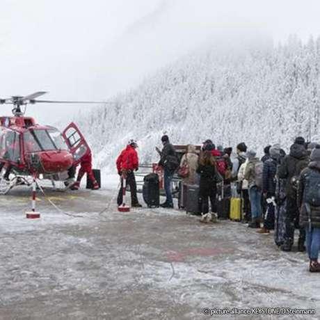 Alguns turistas conseguiram deixar Zermatt em helicópteros, mas no dia seguinte os voos foram suspensos