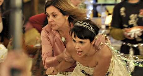 Carminha (Adriana Esteves) e Nina (Débora Falabella) em cena de 'Avenida Brasil': a concorrência ameaça o reinado das tramas produzidas no Brasil