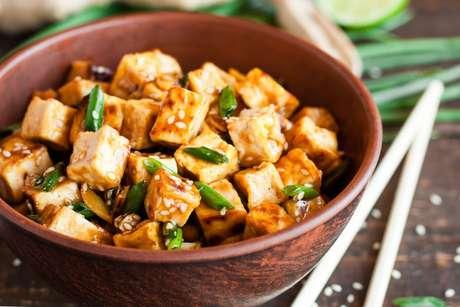 Tofu com molho de soja, cebolinha e gergelim