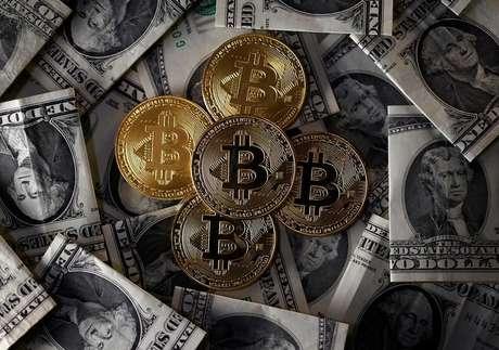Ilustrações da moeda virtual bitcoin sobre notas de dólar 6/11/2017 REUTERS/Dado Ruvic/Illustration