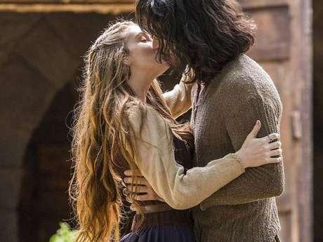 """Em """"Deus Salve o Rei"""", Amália (Marina Ruy Barbosa) e Afonso (Romulo Estrela) dão primeiro beijo"""