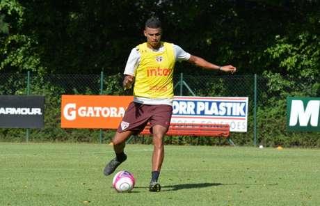 Aderllan terá um concorrente a mais na zaga do São Paulo nesta temporada (Érico Leonan/saopaulofc.net)