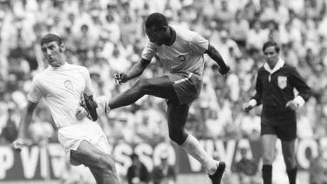Na primeira partida da Copa, a seleção brasileira venceu a Tchecoslováquia por 4 gols a 1 - um deles de Pelé