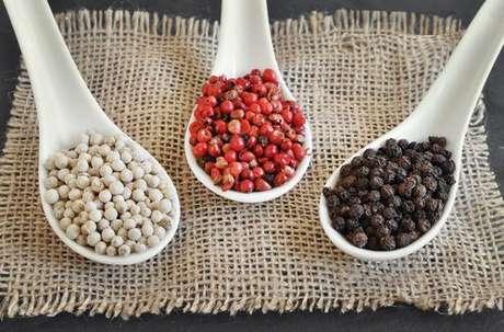 Diferentes tipos de pimenta: pimenta rosa, pimenta-do-reino preta e pimenta-do-reino branca
