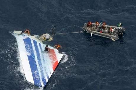 Marinha do Brasil retira do mar destroços de avião da Air France, a cerca de 1.200km de Recife 08/06/2009 REUTERS/Força Aérea Brasileira/Divulgação