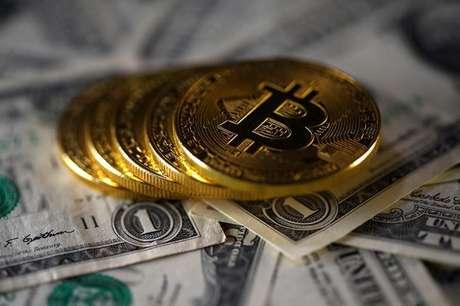 Ilustrações da moeda virtual bitcoin sobre notas de dólar 6//11/2017 REUTERS/Dado Ruvic/Illustration