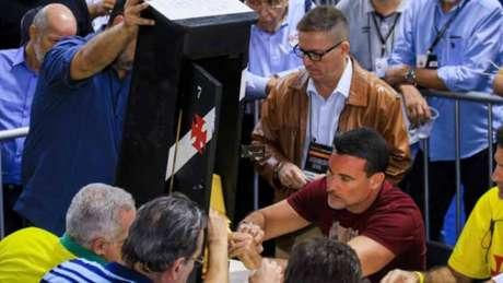 Objetivo da ação do Vasco é validar novamente os votos da urna 7 da eleição (Foto: J RICARDO / AGENCIA FREELANCER