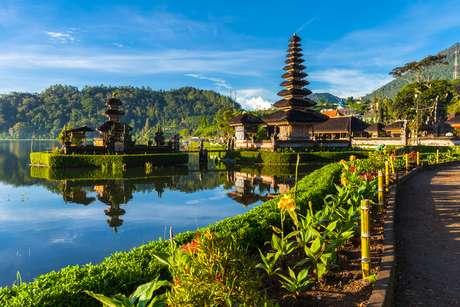 Pura Ulun Danu Bratan ao nascer do sol, Bali, Indonésia