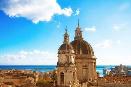 Panorama da cidade de Catânia, na Sicília, com a cúpula da Catedral e a o mar.