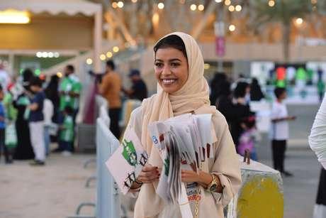 Mulher saudita durante jogo de futebol