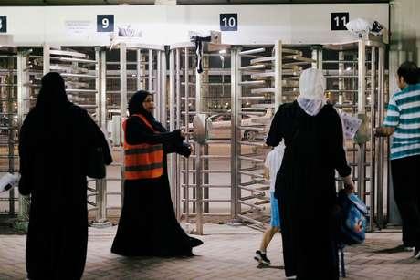 Mulheres no jogo Al-Ahli contra  Al-Batin