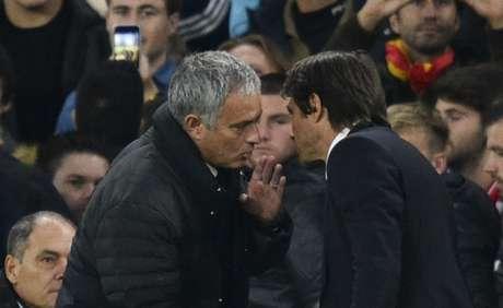 Mourinho e Conte tem relação complicada (Foto: Glyn Kirk / AFP)