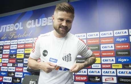Eduardo Sasha posa com a nova camisa