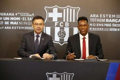 Yerry Mina assina com o Barcelona (Foto: Divulgação)