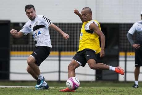 Lucas Lourenço com o cabelo raspado em treino profissional do Santos