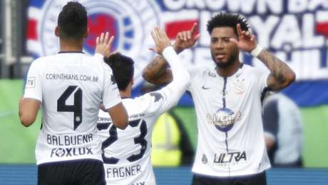 Corintianos comemoram gol de Kazim