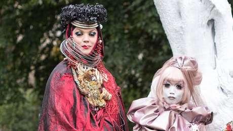 'Obras de arte vivas': o artista britânico Daniel Lismore se encontra com Minori | Foto: Emily Valentine