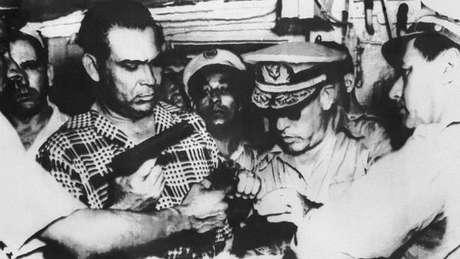 O general Fulgencio Batista (à esq., vestindo uma camisa xadrez) realizou um golpe em 10 de março de 1952 e impôs um governo militar em Cuba