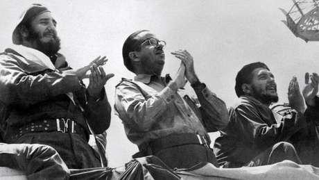 Osvaldo Dorticós (centro) substituiu Urrutia como presidente em fevereiro de 1959