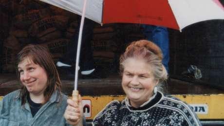Polly com a mãe Sheila em 1992