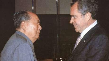Mao e Nixon em encontro histórico, em 1972, pavimentado pela ida de uma equipe de mesa-tenistas americanos à China