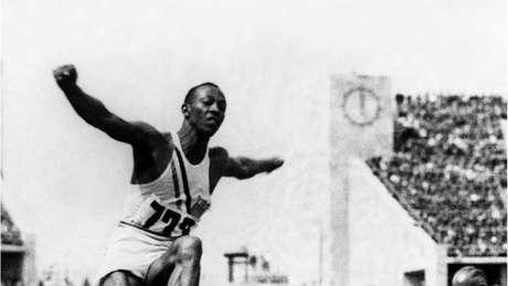 Jesse Owens desafiou a ideia de supremacia ariana de Hitler na Olimpíada de Berlim