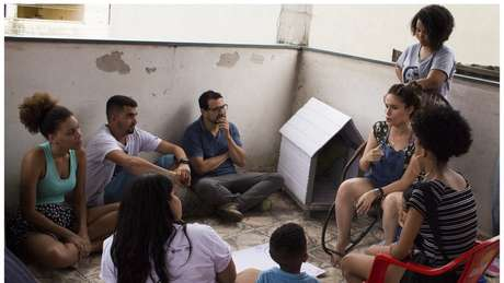 Jovens participam de um dos debates do festival TodoJovemÉRio, sobre política, na comunidade Cesarão, no Rio de Janeiro | Foto: Divulgação