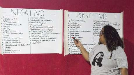 Rebecca Vieira comanda um dos debates em que os jovens dizem quais seriam os prós e contras de um candidato da periferia | Foto: Divulgação