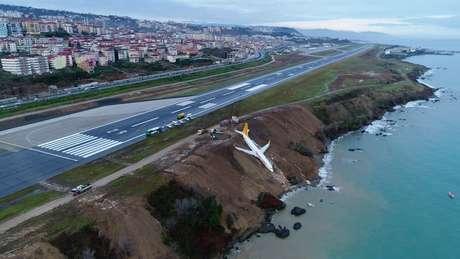 incidente ocorreu na noite de ontem (13) e as imagens da aeronave quase caindo no mar foram divulgadas pela imprensa local.