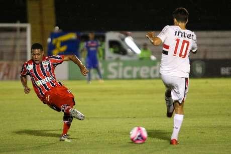 Lance durante a partida entre São Paulo e Botafogo SP