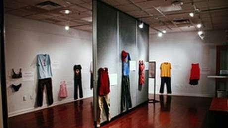 """Exposição mostra roupas """"normais"""" de vítimas de estupro no dia em que sofreram o ataque (Foto: Divulgação CAW East Brabant)"""