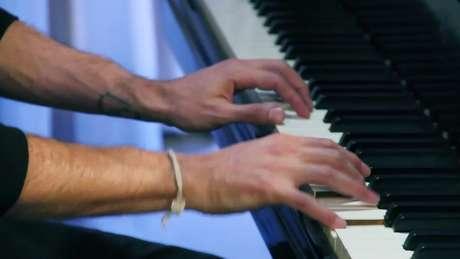 O pianista James Rhodes sofreu abusos e sobreviveu a tentativas de suicídio. Sua vida teria mudado a partir da música | Foto: Reprodução HARDtalk/BBC