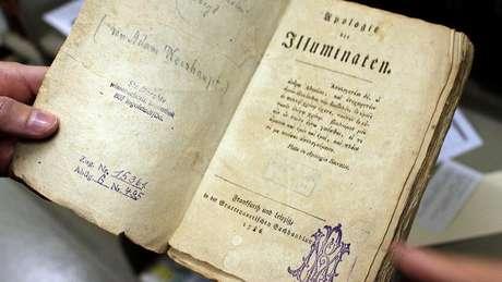 Apologie der Illuminaten, obra de 1786 escrita por Weishaupt, na qual defende criação dos Illuminati pouco depois do seu exílio da cidade | Foto: Julie Ovgaard