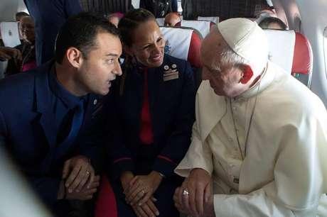 Papa Francisco celebra casamento de comissários Paula Podest e Carlos Ciufffardi durante voo no Chile 18/01/2018 Osservatore Romano/Divulgação via REUTERS