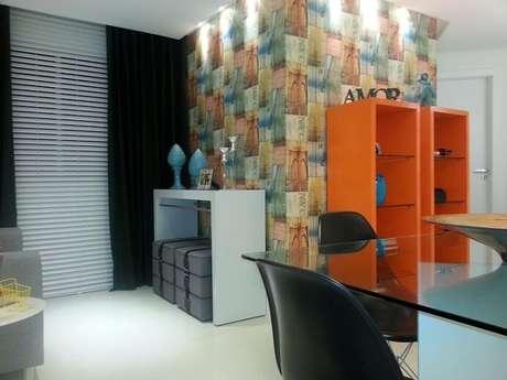 11. Nesta sala, o papel de parede é colorido, mas não destoa por seguir as cores já usadas no cômodo. Projeto de Henrique Cezar Coutinho Cruz