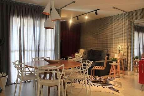 1. O papel de parede para sala deu um ar muito mais moderno a este projeto da Casa On