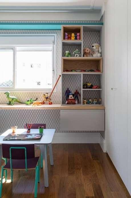 12. A sala de brinquedos é clara e tem tons também claros, o que, com certeza, influenciou na escolha deste papel de parede geométrico azul com branco. Projeto de Eliane Mesquita