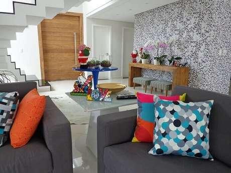 13. Nesta sala de estar, que já tem muitos itens coloridos, o papel de parede é mais discreto. Projeto de Sergio Canineo Arquitetura