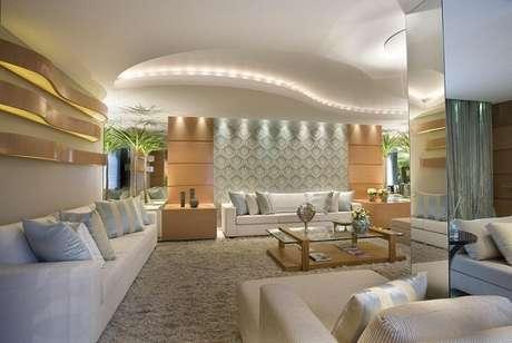 16. Já neste projeto de Aquiles Nicol, o papel de parede usado apenas atrás do sofá destaca esta parte do ambiente