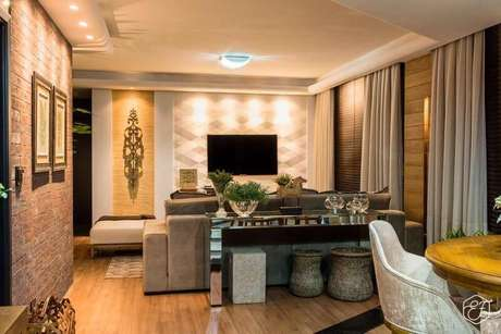 18. O papel de parede para sala geométrico segue os mesmos tons neutros da sala de estar de Hiperbato Arquitetura