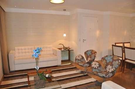 19. Na sala de estar projetada por Serra Vaz, o papel de parede é super discreto