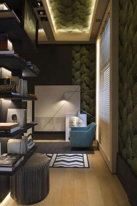 21. O papel de parede para sala estampado com folhagens dá um ar de conforto a esta sala de estar. Projeto de Roberto Cimino