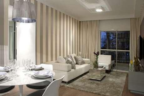 22. Sala de estar em tons de cinza, incluindo o papel de parede. Projeto de Marel